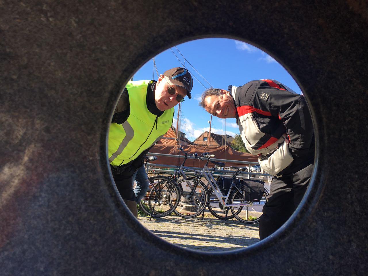 Harry und Udo schauen durch das Loch ;-)